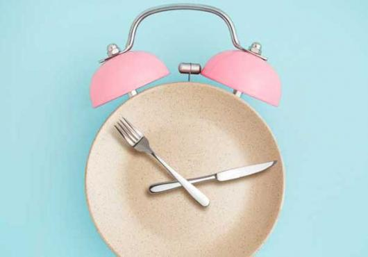Illustration of a dinner plate & utensils looking like alarm clock